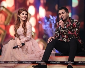 #MominaMustehsan and #AsimAzhar recreate the #TeraWohPyaar magic on the #HumAwards2017 stage with their memorable performance! 😍🙌🏼💞