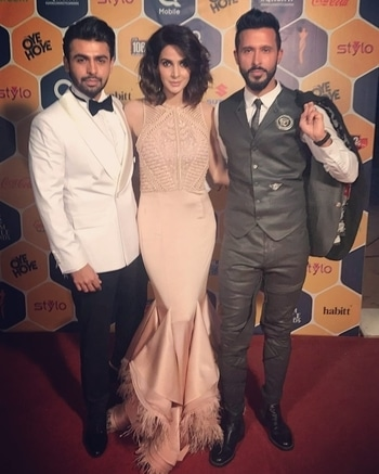 The hosts for the evening! #FarhanSaeed, #SabaQamar & #AliKazmi at the #QHSA17 red carpet before hitting the stage! 😍🔥🙌🏼