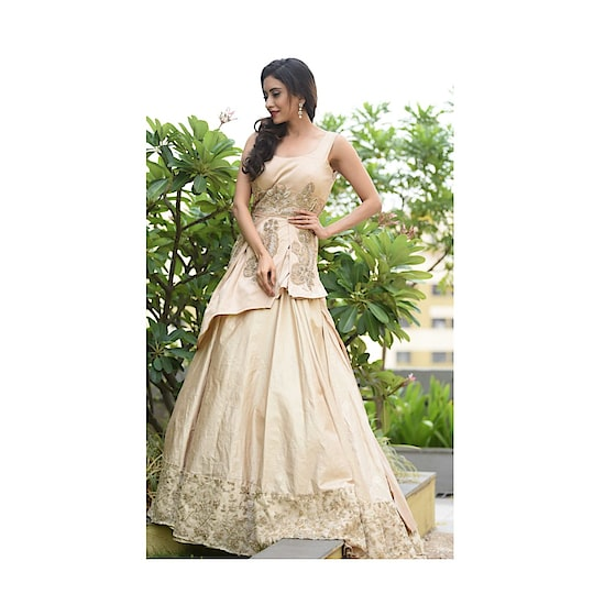 #rentanattire Get you a Perfect Cinderella Moment in Our Layered Gown 👑 Dont get just noticed, its about being remembered !!!   Get your look now only on www.rentanattire.com   #indowestern #indowesternwear #indowesternstyle #reddress #dhotipants #sangeet #mehendi #indianwedding #bridesmaids #lehenga #puneblogger #fashionbloggers #instalike #instagram #rentanattire #wedmegood #fashiononrent #pune #delhi #deheradun #delhibloggers #india #indianblogger #potd #instamood