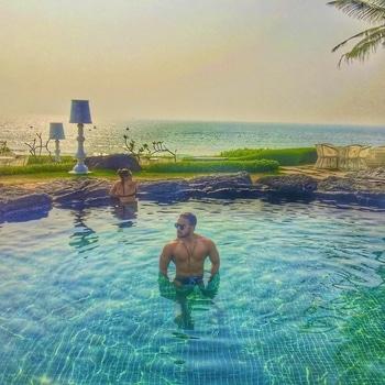 I set myself on fire and ppl come to watch me burn.😉 . . @amitkrsg . . #vacaymode #infinitypool #luxurytravel #luxurylife #aesthetic #muscular #sexymen #goodlife #beachbody #beachparty #entrepreneur #motivation #travelgram #beautifuldestinations #wgoa #goa #luxury #beachlife #globetrotter #gymshark #fitfam #fitspo #model #inspirationalquotes #fitspiration #ropo-love #l4l #roposoblogger