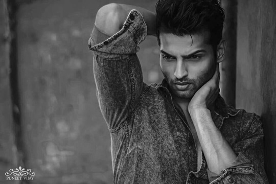 When nothing goes right. Get out of your comfort zone and work harder. REMEMBER- Hard work beats talent when talent doesn't work hard.   Photographer- @puneetvijay  #mrindia #rahulrajasekharan #quotes #picoftheday #malemodel #mensfashion #menshair #blackandwhitephoto #photography #fitnessmodel