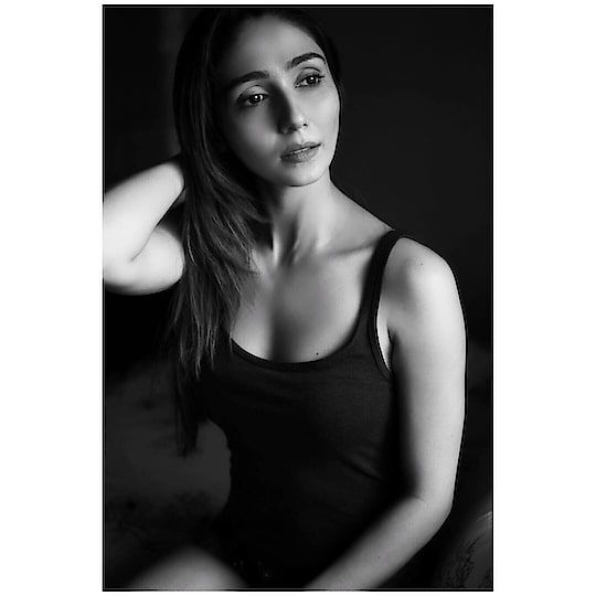 it's so blissful to see you n I know you feel the same🥰😇🧚🏻♀️✨ . . Thank you @nitinn_s for this #10minutesphotoshoot 😂😍🥰🥳 . . . . #naturallight #candidphotography #blackandwhite #monochromatic #beautyshot #dramatic #nomakeup #darkness #light #photography #fashionphotography #gratitude