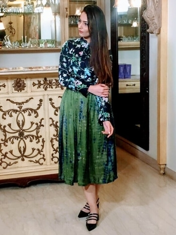 Dress For Success | CNBC TV 18 Style Guide with @sohilabajaj  Top - @marksandspencerindia  Skirt - @dressfolk  #headtilt #dressfolk #marksandspencers #india #delhi #fashion #blog #delhi #cnbcnews18 #styleguide #personalstyle #ootd #outfit #lookofthaday #like #follow #tips #trends #classic #skirt #top #blue #black