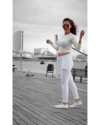 Catch me by the sea.    #rosepuri #barcelonainfluencer #influencer #traveldiaries #stayskinfit #skininfluencer #picoftheday #barcelona #spain #whiteoutfit #lookoftheday