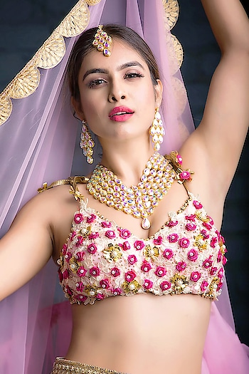 दिल दिल के मिलते सांचे और खांचे,जो है बनाता ऊपर से जाके,बत्ती है ना धुप ना काफूर काफूर नैना दा क्या कसूर... ♥️♥️🌸🌸 :  Outfit by r @baaksha by @meenapradhan @manju.pradhan  With @tarunsinghphotography 📸 Makeup hair by @makeupbysabashaikh 💄💄 : #shootclicks #newlook #newshoot #photoshoot #indianlook #desigirl #desilook #desi #desilove #indianbeauty #lehanga #launglaachi #punjabigirl #punjaban #punjabiactress #pollywood #filmy #bollywood #sakhiyaangirl #nehamalik #model #actor #blogger #instagram #instagood #instalike