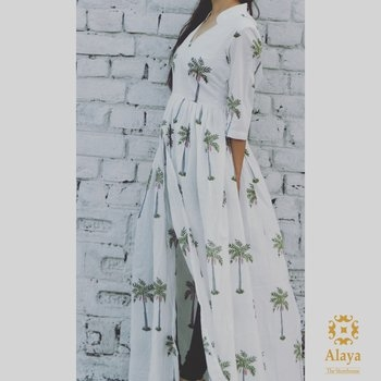 """The princess shall indeed grow in grace and beauty""  We make it true in our palm tree cape to keep the spring alive  #alayathestorehouse #cape #autumn #palmtree #newprint #handblockprint #swirlntwirl #jaipur #rajasthandiaries #jaipurdiaries #cotton #stayinstyle"
