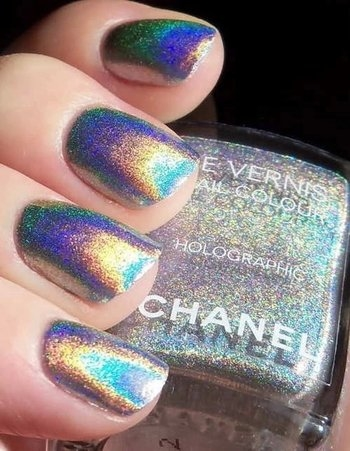 These holographic nails though 😍