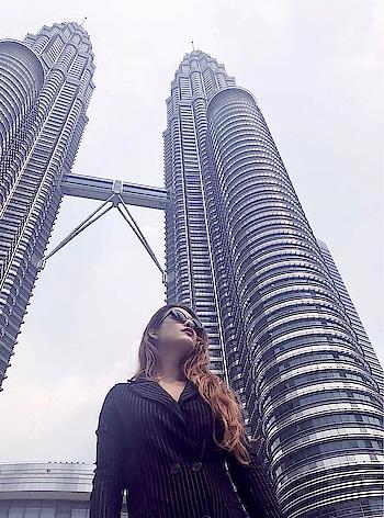Petronas Twin Tower .. 😍😍 #beingtourist ❤️yahan Toh photo jaruri hai ✌️✌️😋 : #malaysiatravelwithnehamalik 😈 : #petronastowers #malaysia #beauty #petronastwintower #traveller #travelblogger #travel #travelgirl #travelgoals #2018 #twintowers #kualalumpur #malaysiatourism #luxurytravel #luxurylifestyle #nehamalik #model #actor #diva #blogger #instagood #instafollow #instagram #instatravel #xoxo : : Outfit @paparazzicloset