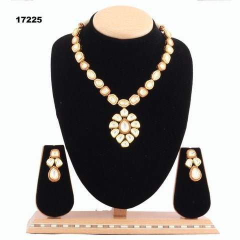 Beautiful Gangji Jewels Necklace at Rs 17225.#jewellery #jewels #gangjijewels #roposo #necklace #reshmagangji