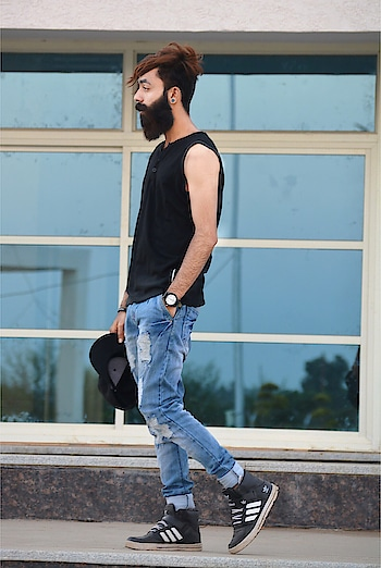 Don't LoOk Back There Is Nothing yOu Haven't Already Seen 😋✌🏻👍🏻 #steetfashion #fashionblogger #menswithclass #higstreetfashion #dcshoes #fashionphotography #fashionholic #bearded #beardedmodel #beardgang #beardgoals #thebeardgodfather #beardsexy #fashionphotography