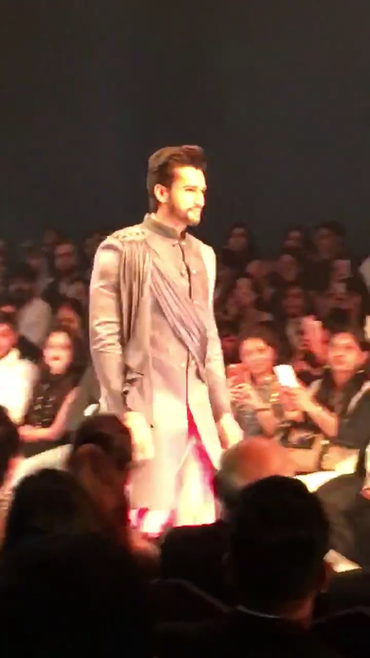 Dashing @rohitkhandelwal ends the finale in @niveditasaboo #punefashionweek  #makingpunefashionable #pfw2016 #SoRoposo
