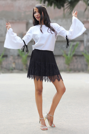 New Blogpost!  http://theduskess.com/fiesta/  Hit the link to view the outfit details and to read my horrifying story of Dussehra!!  #ootd #outfit #ootdshare #bellsleeves #bellsleeve #skirt #shortskirt #blackandwhite #lookoftheday #hair #legs #ruffledsleeve #motd #roposogal #roposolive #roposofashion #roposoblogger #fashionblogger #lifestyleblogger #styleblogger #bohemian #boho #bohofashion #bohemianfashion