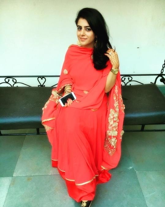 My kind of festive! #ootd #personalstyle #personalstyleblog #fashion #blogger #styling #styleaddict #karvachauth #fashionpost #fashionblogger #fashionbloggerindia #delhibloggergirl #indianfashionblogger #mehendi #needledust #amrapalijewels