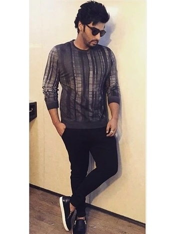 The super casual Arjun Kapoor pairs sweatshirts and plimsoles with ease.A good idea for casual outfits at work and play. #sweatshirts #celebstyle #plimsoles #bollywoodlook #casualvibes #menonroposo