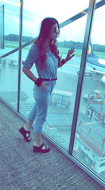 Touchdown Singapore 🇸🇬😍😍 : #birthdaygirl #birthdaytrip #birthday #happybirthday #happybirthdaytome #happiness #happinessishere #touchdown #singapore #happyday #happygirl #airport #changiairport #airportfashion #airportstyle #stylo #nehamalik #model #actor #blogger #travelblogger
