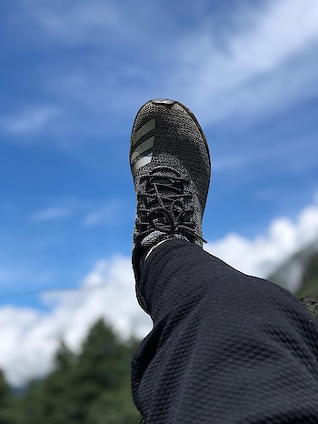 Kheerganga sky with shoes in air | #kheerganga #parvativalley #kasol #kheergangatrek #trekking #himachal #travelgram #kheergangadiaries #peace #mountains #himachaldiaries #wanderlust #traveller #nature #himalayas #himachalpradesh #trippytrip #tosh #instapic #instalike #trek #photography #northindia #traveldiaries #travel #camping #travelling #incredibleindia #hiking #yatra
