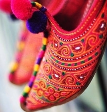 #Art on Feet: these #handmade l#eather khussas are exquisitely #embroidered. Image via elhieroglyph