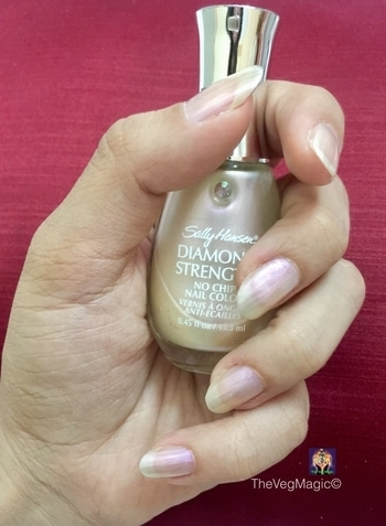 My Favourite Nail Lacquer For Everyday Wear 😍 #SallyHansen Diamond Strength in 17 Platinum 💅🏼 It doesn't chip & last for a whole week 😅 Costs at ₹395/- Available online & Westside stores 🛍 . . . . . . . . . #nail #nails #naillacquer #nailpolish #nailpaint #makeup #makeupaddict #makeupgeek #beautyblogger #bblogger #mumbai #indianblogger #swatch #nailswatch #platinum #pearl #everyday #love #like #likesforlikes #highendmakeup #tagsforlikes #hudabeauty #wakeupandmakeup #dyf #dressyourface #likes4likes #indianbeautyblogger #beautiful #nailcolour