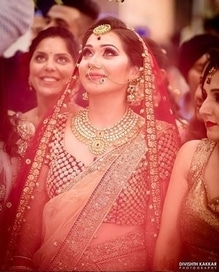 Stunning red saree, opulent jewellery, perfect make up. But amongst all of this, we think her beautiful eyes steal the show. 💗  Photo: delhivelvet   #weddingzin #weddingz #weddingphotography #bride #indianbride #instalove #instalike #instagood #instabride #weddingdetails #bridalwear