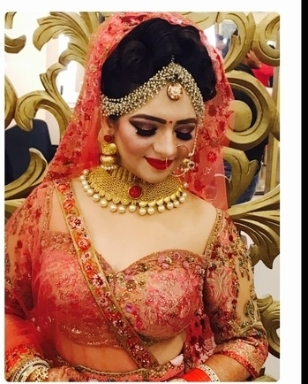 This bride is so pretty❣️ her outfit her jewellery everything is just so pretty which compliments each other so well and obviously her makeup💄 it has to be commendable👈🏻👌🏻 'Coz it is done by @meenakshidutt