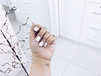 White Nails and a Bow Tattoo 💫 #tattoo #tattoolove #tattooobsessed #tattooideas #tattoolife #tattoogirl #blogger #soroposo #soroposolove #soroposogirl #roposodaily #roposoday