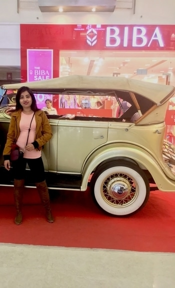 Love posing 👻 And this vintage car😍 #delhifashionblogger#ootdstyle#outfit#follow
