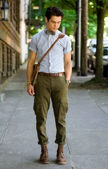 A utilitarian staple, cargo pants are one of the more practical yet fashionable statement piece. On the brighter side, more pockets for you! #cargopants #military #militarygreen #militaryfashion