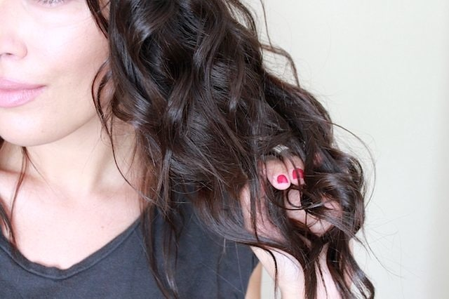 How to have those beautiful curls without using any chemical products? It's quite easy actually.Just grab a lemon half and rub the hair section you created. Brush the section to thoroughly distribute the lemon juice(dilute it with water), and then roll the section into a foam roller.The curls may be quite crispy and defined at first, but as you go on with the day they will loosen up a bit.At the outset, your hair will smell fresh without the strong synthetic scents contained in conventional styling products. #haircare #haircaretips #hairhacks