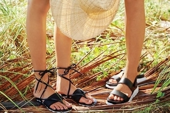 6. The Flip-Flops Footwears are the most important thing about our ootd and thus should be pretty good. These monochrome plattform flip-flops are just apt for college.