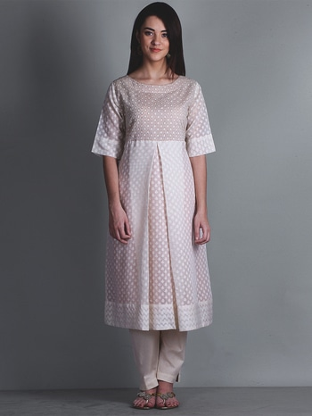 A figured muslin with floral motifs woven in by brocading method, Jamdani is truly the queen of the delicate muslin of Dhaka. Elaborate motifs are embroidered into the fabric by hand while it is being woven, making it a form of loom-embroidery. The intricate patterns are embroidered with gold or silver threads to highlight the look of the fabric. Despite the end of its glorious era, Jamdani muslin has survived into modern times, adapting to changing tastes and trends. Within the last few decades, Jamdani designs have become more stylish than ever. Check our jamdani collection here- https://www.eindianaugust.com/…/collections-7…/oppulence-778 #indianaugust #apparel #clothing #ethnicwear #kurta #jamdaniweaves#whitekurta #cotton #ladiesfashion #womensfashion#ladiesfashiononline #womensfashiononline #fashiononline#onlineshopping #shoponline #onlineshoppingindia#bestshoppingwebsite #bestshopping #affordable #ootd #luxurystores#exclusive #indiantextiles #holioutfit #whitecollection #Handwoven#intricatemotif #contemporarysilhouette #layeredkurta #slitkurta #Angrakhakurta