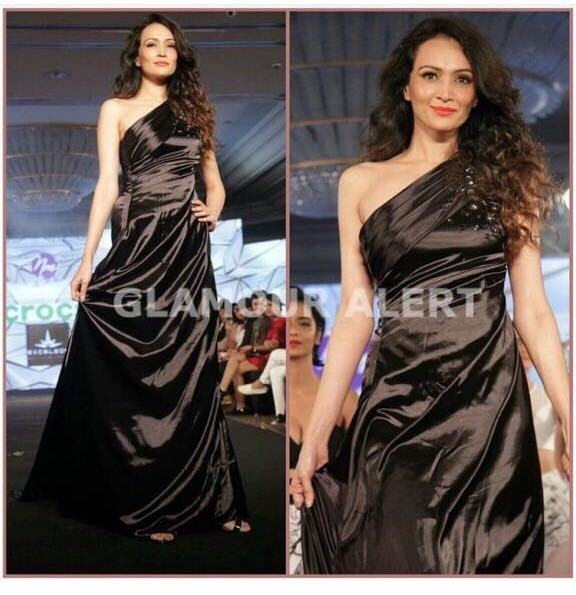 Me as #showstopper for the #NidhiMunim show at #IIFW2017 #IndiaIntimateFashionWeek2017 #presscoverage #blackoffshouldergown #blackoneshouldergown #blackgown