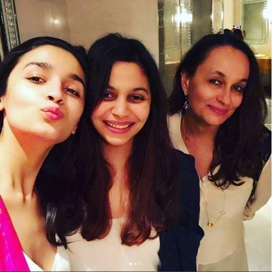 These three beautiful women are giving us major #relationshipgoals 😍❤  #bollywood #bollywoodstyle #bollywoodactress #bollywoodfashion #celebrity #celebrityfashion #siblinglove #spotboye #aliabhatt #sonirazdan #shaheenbhatt #badrinathkidulhania #selfieoftheday