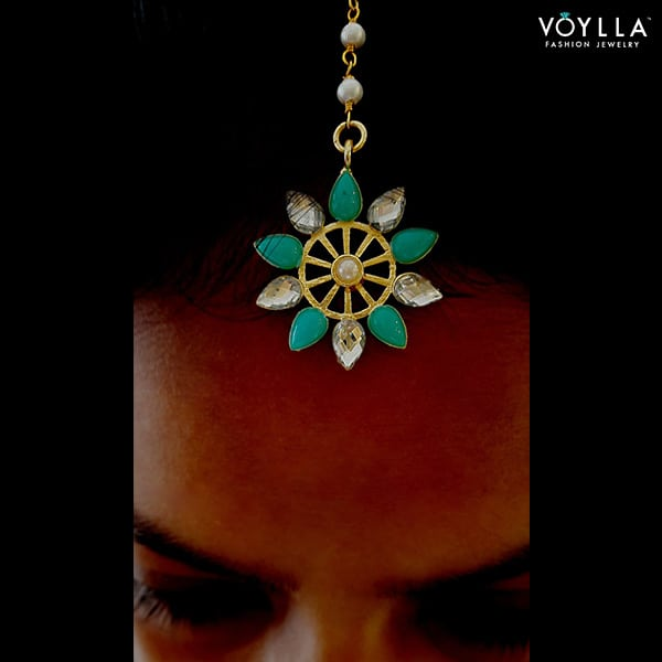 Petite Fleur! This little firoza maang tika is just what your need to steal the show at a brunch party! Shop here: https://goo.gl/Za020N  #summerbyvoylla #voylla #jewelry #jewelrylove #jewelrylover #fashionjewelry #maangtika #fashiondiaries #fashionable #stylediaries #jotd #soroposo #roposolove #roposolovers