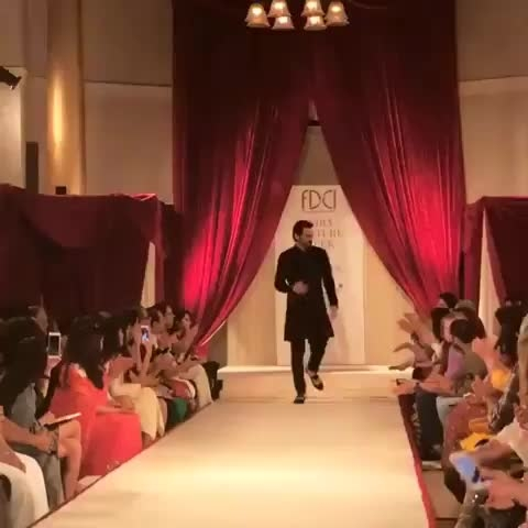 Arjun Rampal looked dapper as usual for Rohit Bal's #ICW2017 show 👌😍  #Showstopper #RohitBal #ArjunRampal #indiacoutureweek  #ICW #DecadeOfCouture #britishairways  #MacCosmetics #PearlAcademy #HindustanTimes #BazaarBrideIn Video Credits: The FDCI