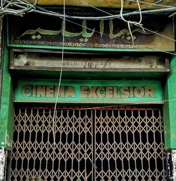 """Hindustani Cinema ke Golden era mein Purani Delhi ke awam ki tafreeh ka Markaz Raha """"Inayat Pavelion Theatre"""" Excelsior Cinema Ya sirkiwalon bhi ek din kisi Tragic film ki tarah khamosh ho gaya..Yeh Cinema hall 1935 mein uss waqt qayam hua jab 1931 mein pehli bolney wali film Alam ara ne Indian Cinema ki shakl hi badal dali aur theatre talkie (Bolney waley) kahe janey lagey. Purani Dilli ke 7 cinema gharo'n mein Excelsior Dilip Kumar aur Dev Anand ki filmon ke liye mashhoor tha.Yahan Rajkumar ki bhi kai hit filmein chali aur Woh Actress Mala Sinha ke saath yahan aaye..Yahan zyadatar dihadi par kaam krney waley aur Ghareeb log film dekhney aatey they..Golden era mein yahan Balcony ka ticket Rs.2/- aur Front row ka sirf 30 paisey hota tha..Aaj bhi cinema k bahar Urdu mein Iska naam us sunehre daur ki yaad taza krta hai jab Urdu ke baghair Hindustani cinema ka tasawwur bhi mumkin nahin tha. #Cityreport#factsaboutcity  Credits :@delhiexplorer"""