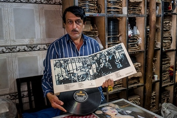Haji Ebrahim's 50-year old vinyl store is still thriving, hidden away in the lanes of Chor Bazaar. Run by late Haji's brother, Asif, the store has the most fascinating collection of vinyls featuring records from Miles Davis, The police to Mohammad Rafi. #streetsofmumbai#cityreport#govisit#mustvisit   Credits : Lbb.Mumbai