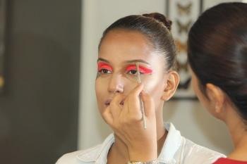 Coming up with something really interesting and creative guyz!!!  #makeup #makeuplover #creativity #creativemakeup #shooting #makeupchallenge #highlightandcontouring #weddinsutra #Wedmegood #creatives #lashesonfleek #highlightonfleek #highlightonpoint #editorialshoot #magazineshoot #shootlife #makeuppro #supritibatra #makeupstudiogurgaon