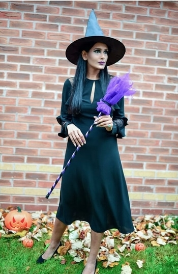Witchy-witch-Halloween Look  Here's my look for the Halloween.   #Halloween2017 #halloween #halloweenmakeup #halloween2017 #urbandecay #urbandecaycosmetics #blackdress #witcheshat #broom #spookylook