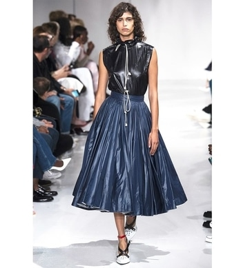 Where there is darkness, there is also light. For next season SS18, @rafsimons evoked lightness with 1950s #couture silhouettes rendered in the unlikeliest of materials: waterproof nylon used for tents.  Photo credit @vogueparis  #ss18 #fashion #fashionshow #catwalk #runway #defile #vogue #rafsimons #calvinklein #silhouette #newyork #womenswear #fashionweek #fashionweeknyc #nylon #inspiration #1950 #iconic #skirt #pleated #jupemidi #skirtmidi #womenstyle #fashionshownyc #nyfw