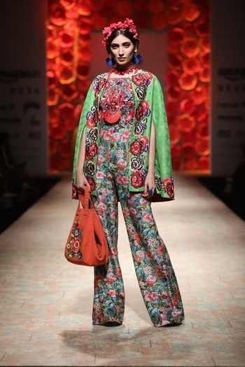 """Pin the 25th year celebratory showcase to the designer's """"vintage luxury"""" moment. My Review and pictures of Payal Jain SS18: www.explosivefashion.in/runway-report/payal-jain-spring-summer-2018.html #aifwss18 #aifw #fashion"""