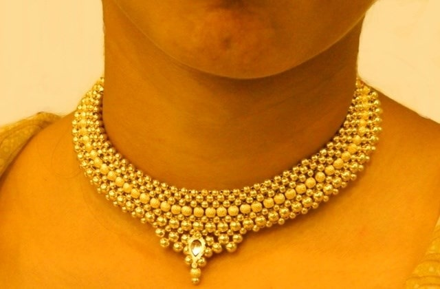 MAHARASHTRIAN JEWELRY GUIDE - Thushi necklaces are thick chains of closely-placed golden balls held together by a leather strand or piece of rope.