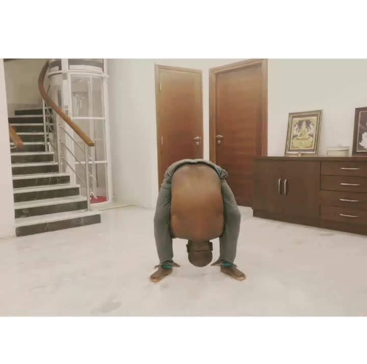 A moment of Sunday balance 🙏 . . . . . ______________ #yoga #yogaeveryday #weekendyoga #yogalove #yogainspiration #yogalife #yogapose #handstand #yogaeverywhere #fitnessmotivation