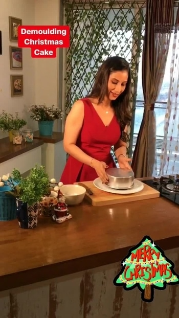 ‪This Red Santa just shot a  very special episode of eggless chocolate cake for #Xmas .. 💋💋💋 Love M #ChristmasCake #ChefMeghna #cakes #Christmas2017 #christmasseason #chocolate #Christmas #cake #ChristmasIsComing #ChristmasCountdown #HolidayIsHappening #CountdowntoChristmas ‬ #merrychristmas
