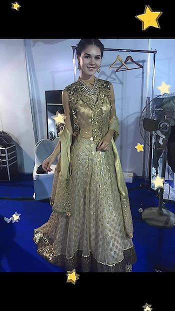 Gorgeous onstage and off ... #goldengal goldlehenga #libasreshmariyaz #reshmariyazgangji #libasriyazgangji #longkurti #eastmeetswest #stars