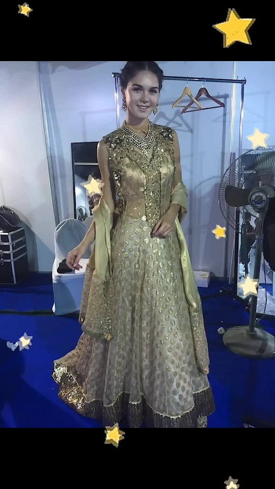 Gorgeous onstage and off ... #goldengal goldlehenga #libasreshmariyaz #reshmariyazgangji #libasriyazgangji #longkurti #eastmeetswest #stars