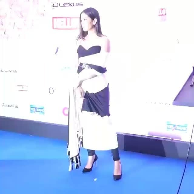 @shahidkapoor won award at #HelloHallOfFameAwards2018  and on behalf of #shahidKapoor @mira.kapoor  accepts the #HHOF2018 award. #mirakapoor   She is looking Gorgeous in @shantanunikhil #outfit, Earrings by @temptationsjewellery , Heels by @sophiawebster,  Styled by @theanisha @style.cell and makeup by @saniya_shadadpur  @hellomagindia  #HelloHallOfFame #HelloHallOfFameAwards #bollywood #recarpet
