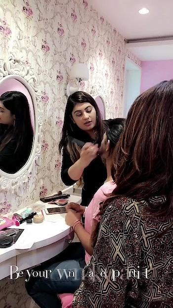 Teaching these beautiful ladies some self grooming and makeup tricks and tips! 💄 #personalgrooming #makeupworkshop #makeuptrainer