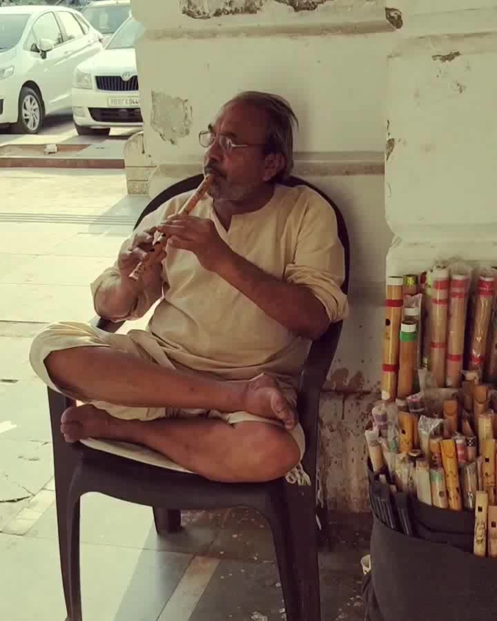 This man sells flutes in the inner circle of Connaught Place and you will generally find him sitting like that, playing a flute, lost in his own thoughts and when you will stop to listen or make a video or take a picture, he will not just smile and pose but even ask about your favorite song and play that next ! CP is full of such beautiful stories and people. . . . . . . . #MedhavistaShopping #StreetStories #MedhavistaStreetStrories #DelhiBelly #Dillimerijaan #delhigram #delhilife #delhilovers #delhilove #cp #connaughtplace #connaught #cannaughtplace #cannaughtplacedelhi #cannaught_place #saturdays #relaxed #indianblog #ontheblog #indianblogger #indianfashionblog #indianfashionblogger .  #lifestyleblogger  #lifestyleblog #lifestyleblogs #lifestyles #lookbook #Delhiblogger #Delhilifestyleblogger  #IndianLifestyleBlogger . . @oneplus_india @oneplus @oneplus_5t @oneplus.photography @oneplus_in @pindelhi @someerut