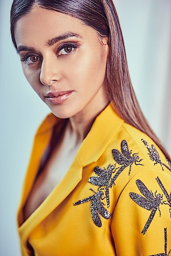 #shibanidandekar sizzled on the ramp as she walked for #shahinmannan at #bombaytimesfashionweek in a yellow ochre wrap gown, captured beautifully by #SumitGhag