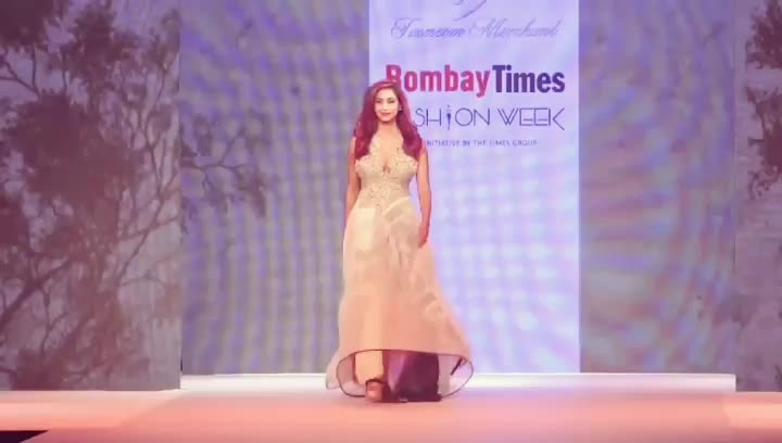 """#sandhyashetty #model #actor #compere #karate #boldisbeautiful #mystyle #nofear #lifeisbeautiful #commonwealthkaratechampion2015 #SAKFCHAMPION2017 #beyourself #lovelivelaugh @bombaytimes @timesofindia #bombaytimesfashionweek """"Each one of us has a pair of wings, but only those who dream, learn to fly. Those who surrender, dreams will die"""" So proud to have walked the ramp for this genuine cause and bring  #womenpower in the forefront. Hidden Shadows by designer @tasneem_merchant unfolds mysteries, layers upon layers, translucent Handlooms, recycled silks, textured banana blended fabrics and print juxtapositions. These all aim to create an inherent style and elegance. Makeup @hair courtesy @jeanclaudebiguineindia special thank you @pranavrawal4 😊walked the ramp and supporting the cause of promoting Made in India Fabrics and Handlooms."""